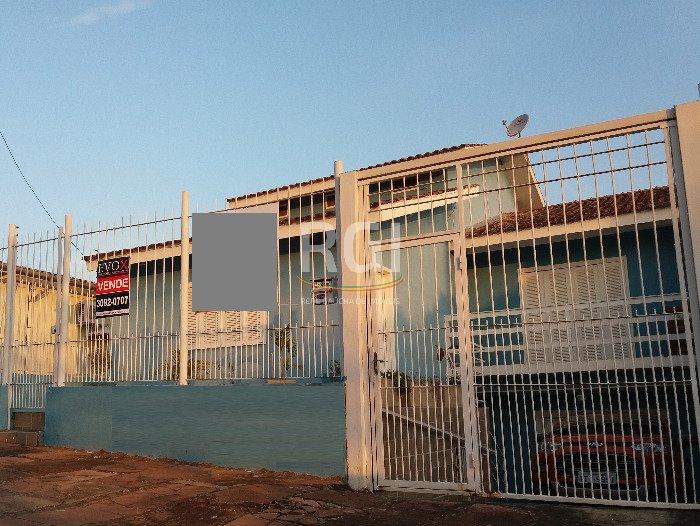 Casa 4 dormitórios com pátio no bairro Jardim Carvalho em Porto Alegre e vaga para 3 carros  Ampla casa com 186m2 de área privativa, anexo independente com 62m2, vaga para 3 carros, terreno 10x30m.  Imóvel impecável, muito bem cuidado nos mínimos detalhes, construção de 2008, pintura nova interna e externa, espera para split, água quente, piso laminado no living e dormitórios, cozinha americana com móveis planejados e bar, 2 banheiros sociais, 2 dormitórios amplos com sol da manhã e 1 suíte com sacada com sol manhã e tarde, sótão com possibilidade de fazer gabinete ou dormitório, depósito, pátio espaçoso com churrasqueira. Dispõe de uma casa anexa em tijolo à vista nos fundos com 3 ambientes, banheiro e copa cozinha.  Apenas 1 quadra da Av Antonio De Carvalho, fácil acesso à Ipiranga e Protásio Alves e Ary Tarragô. Todos os serviços no entorno. Rua tranquila, região residencial.   Esta proposta com permuta/troca por imóvel em Porto Alegre especialmente Zona Sul Aberta dos Morros. Estuda também imóvel de menor valor no negócio. Não aceita financiamento.  Casa para quem busca morar com muito conforto e preza por espaço.  Agende uma visita com um de nossos corretores.