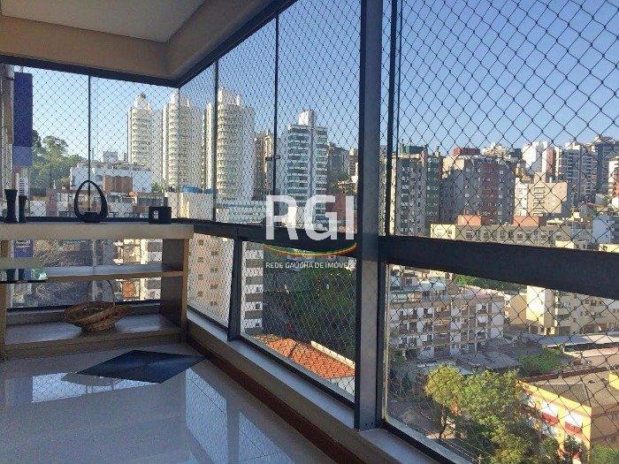 Cobertura com 3 quartos e 3 vagas no bairro Bela Vista, Porto Alegre.  Belíssima cobertura, finamente mobiliada, com living para 4 ambientes, sacada integrada, 3 dormitórios sendo 1 suíte com closet, banheiro social, área de serviço, cozinha mobiliada, churrasqueira, lareira, terraço com piscina.  Condomínio possui segurança 24 horas e salão de festas.