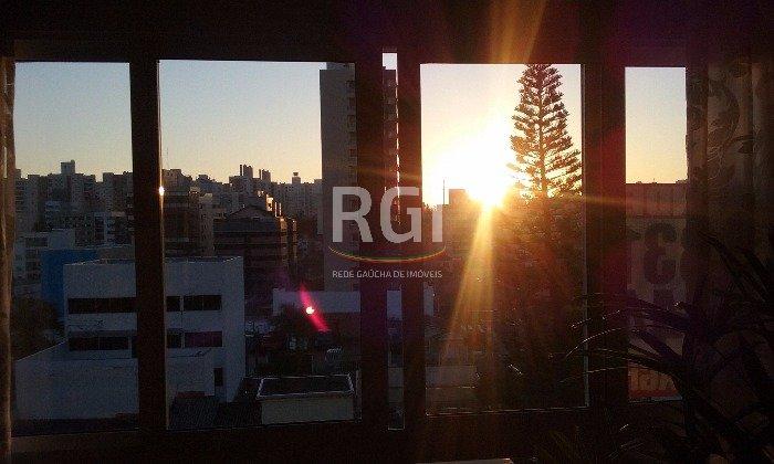 Apartamento de 2 dormitórios semi mobiliado com 2 vagas no Bairro Boa Vista em Porto Alegre.  Excelente apartamento em andar alto com vista panorâmica, sol leste/norte, piso porcelanato em todos os ambientes, Splits, móveis planejados na cozinha e banheiro, água quente com aquecimento a gás. Imóvel composto de 2 dormitórios sendo 1 suíte, banheiro social, living dois ambientes, cozinha, área de serviço. Edifício com salão de festas, churrasqueira, gás central, elevador e portaria eletrônica. Aceita financiamento.   Agende uma visita.