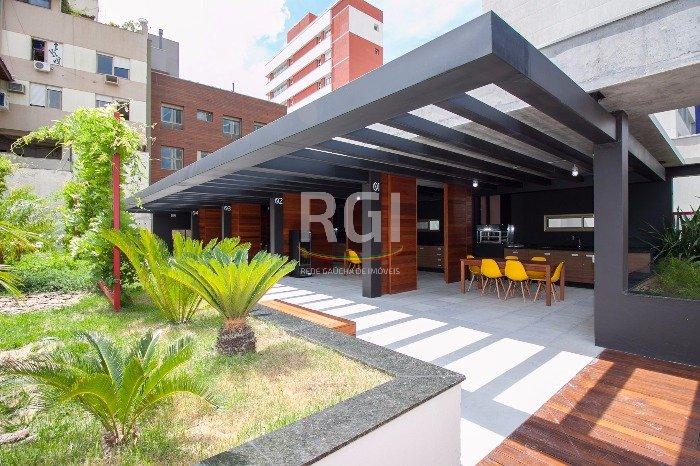 Apartamento no bairro Petrópolis 2 dormitórios com 1 vaga de garagem coberta em Porto Alegre.  Excelente apartamento de 2 dormitórios, sendo uma suíte, amplo living, cozinha, área de serviço, nunca habitado, com modulação a gosto do proprietário,  1 vaga  de garagem coberta e escriturada. Condomínio com completa infraestrutura de lazer e serviços pay per use, playground, lounge externo com wi-fi, sala de jogos, café, sala fitness, piscina com borda infinita e deck solarium, churrasqueira condominial, espaço relax, e guarita 24h.  Agende uma visita e confira.