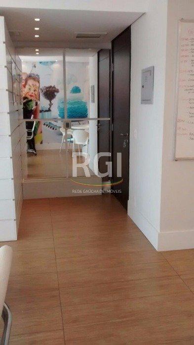 Sala Comercial no bairro Cristal com 1 vaga de garagem em Porto Alegre.Ótima sala comercial mobiliada, ficam os móveis sob medida, localizada em prédio de luxo da Zona Sul. Vista para o Guaíba e Gasômetro. Aceita negociação.Agende uma visita e confira!
